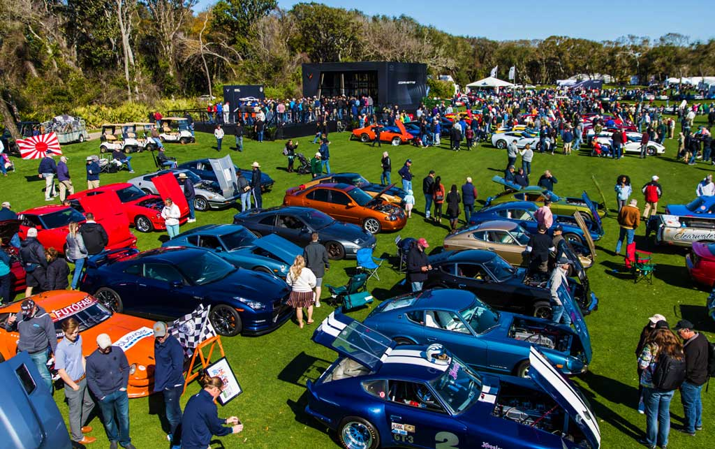 over 100 cars on the golf course